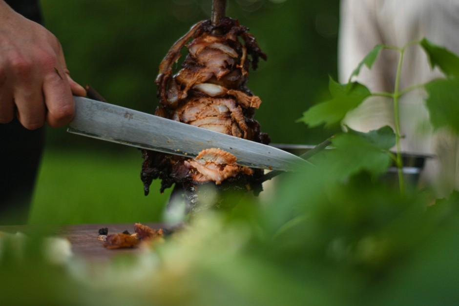 Kad gaļa gatava, ņem nost no tejkāja un sagriež.