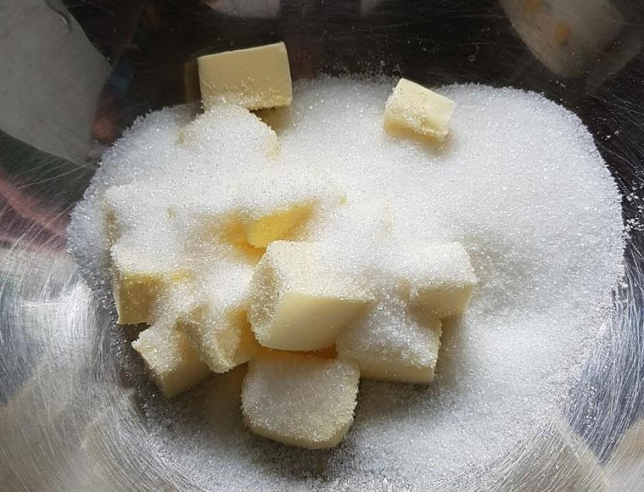 Mīkstu sviestu sakuļ ar cukuru un nedaudz sāls.