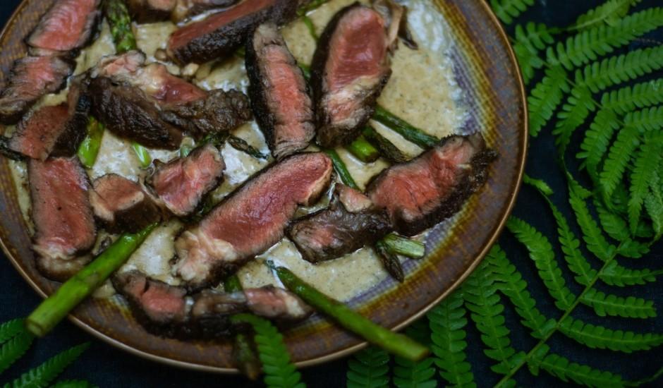 Ugunskurā gatavots steiks ar priežu dzinumiem un īru viskija saldskābo mērci