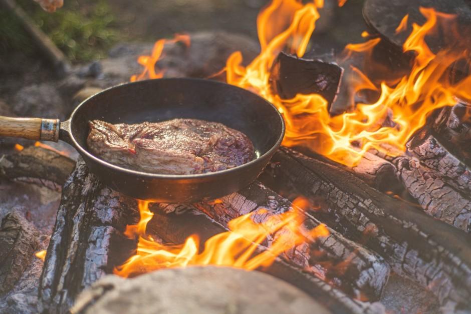 Pannā pievieno nedaudz eļļas un liek iekšā liellopa steiku.