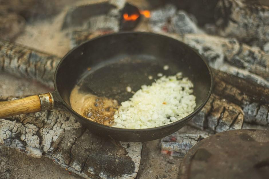 Karstajā pannā pievienosmalki sagrieztu sīpolu, cukuru,  sāl...