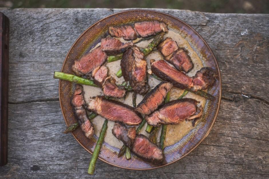 Viss! Klājam mērci uz šķīvja, sagriežam steiku un sparģeļus...