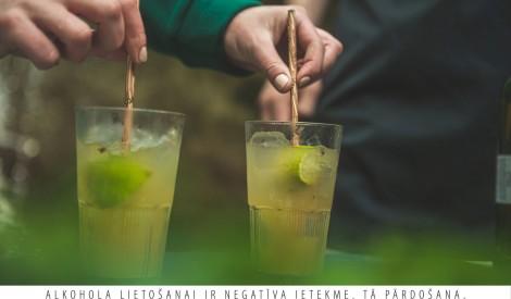 Viskija kokteilis ar meža veltēm
