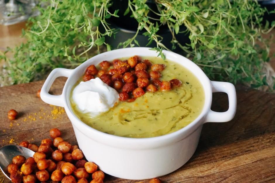 Zupu pasniedz vēl karstu ar grieķu jogurtu un pagatavotajiem...
