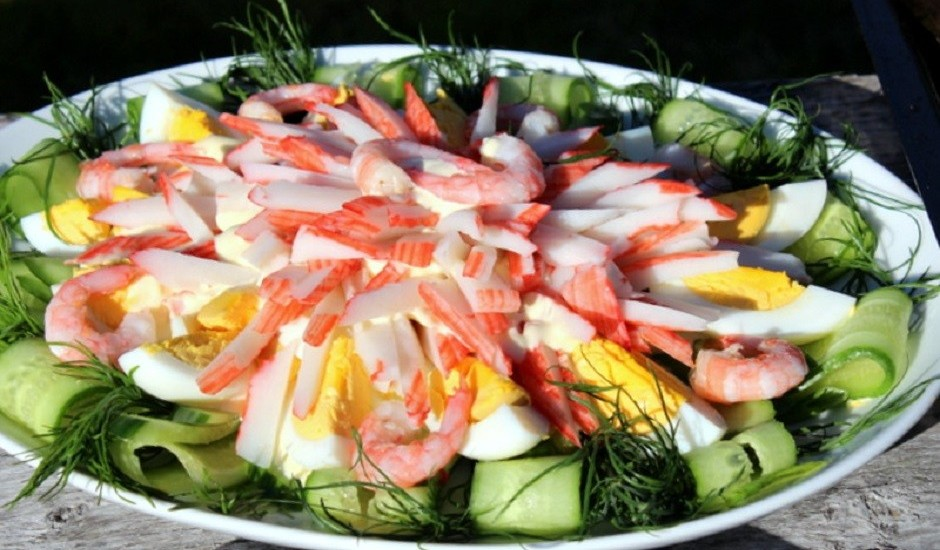 Krabju nūjiņu un svaigu gurķu salāti
