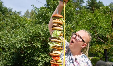 Vairāk kā metru augsts burgers? Tas ir iespējami!