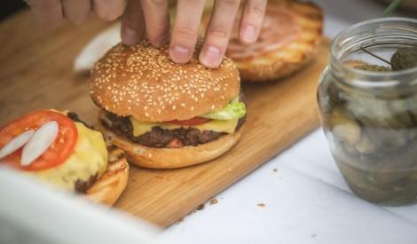 Grilā gatavots liellopa gaļas burgers