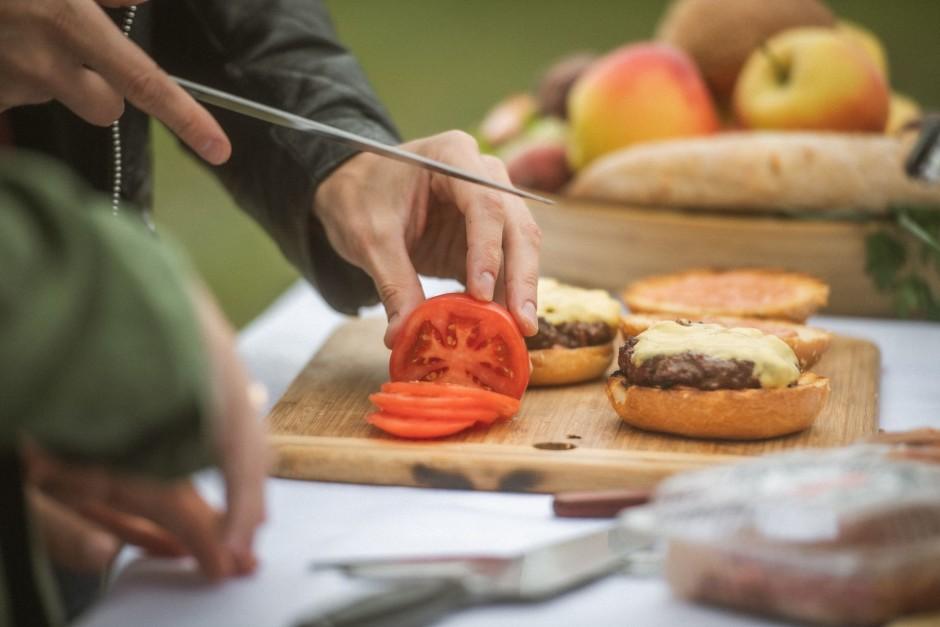 Kotleti ar sieru liek virsū uz gurķiem. Sagriež tomātus un s...