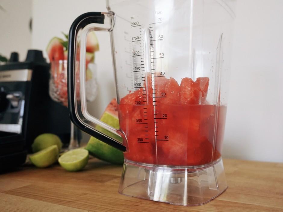 Blenderī liek arbūza mīkstumu, pievieno sulu no pus laima au...