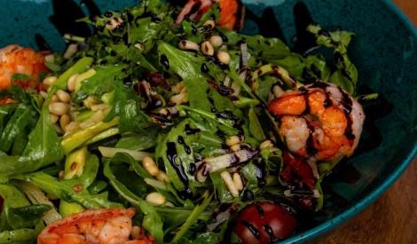 Rukolas salāti ar avokado un garnelēm