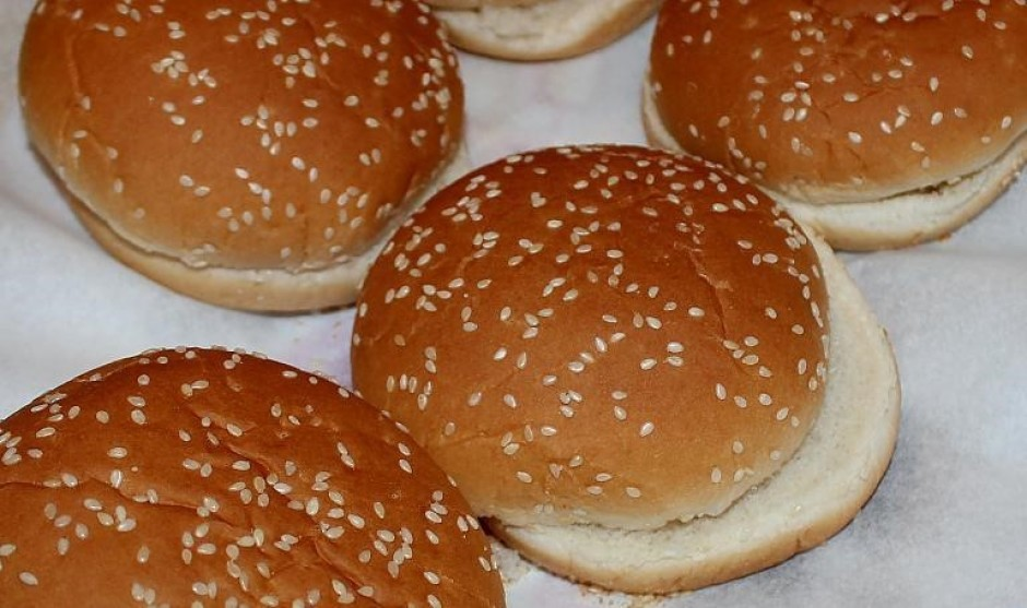 Burgeru maizītes ar sezama sēklām pārgriež uz pusēm, ja tās...