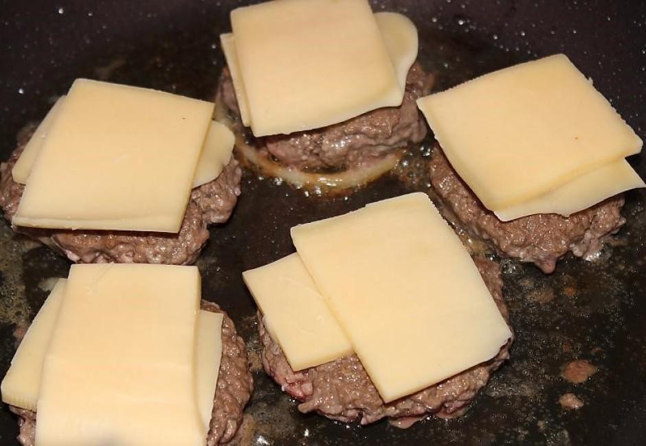 Kamēr vēl burgera kotletes siltas, met virsū sieru.