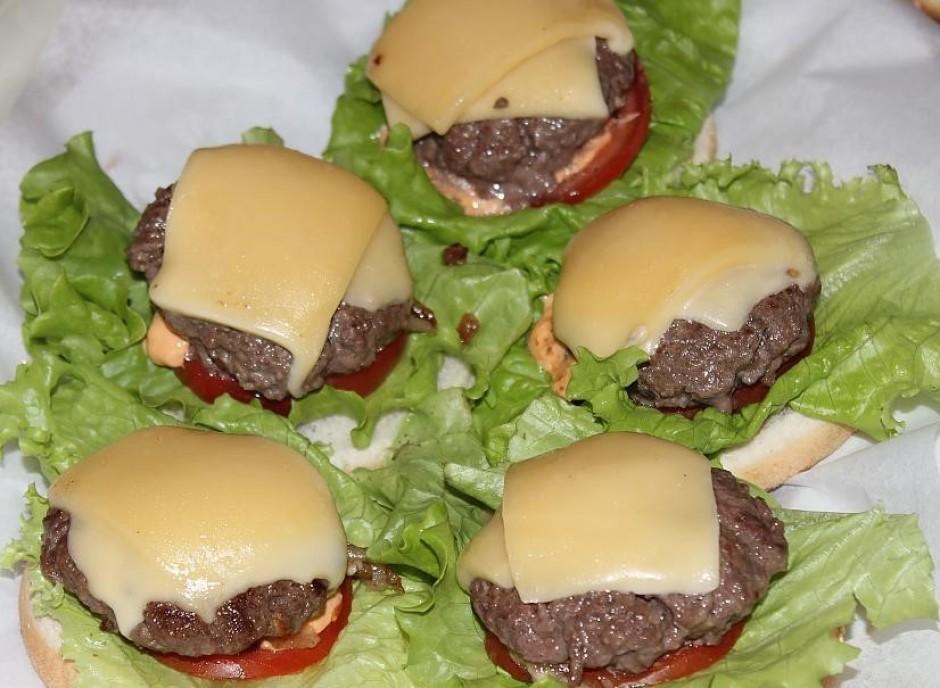 Liek virsū burgera kotletes ar izkausētu sieru.