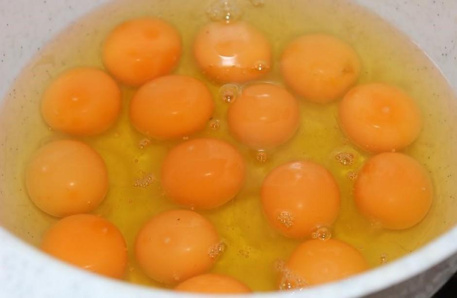 Bļodā iesit olas.