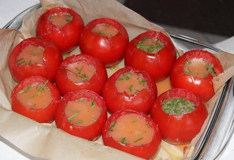 Lej omletes masu iekšā tomātos.
