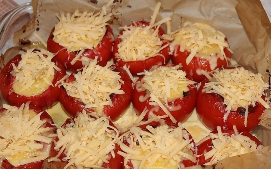 Kad omlete uzpūtusies, pabaksta ar nazi krāsni esošos tomātu...