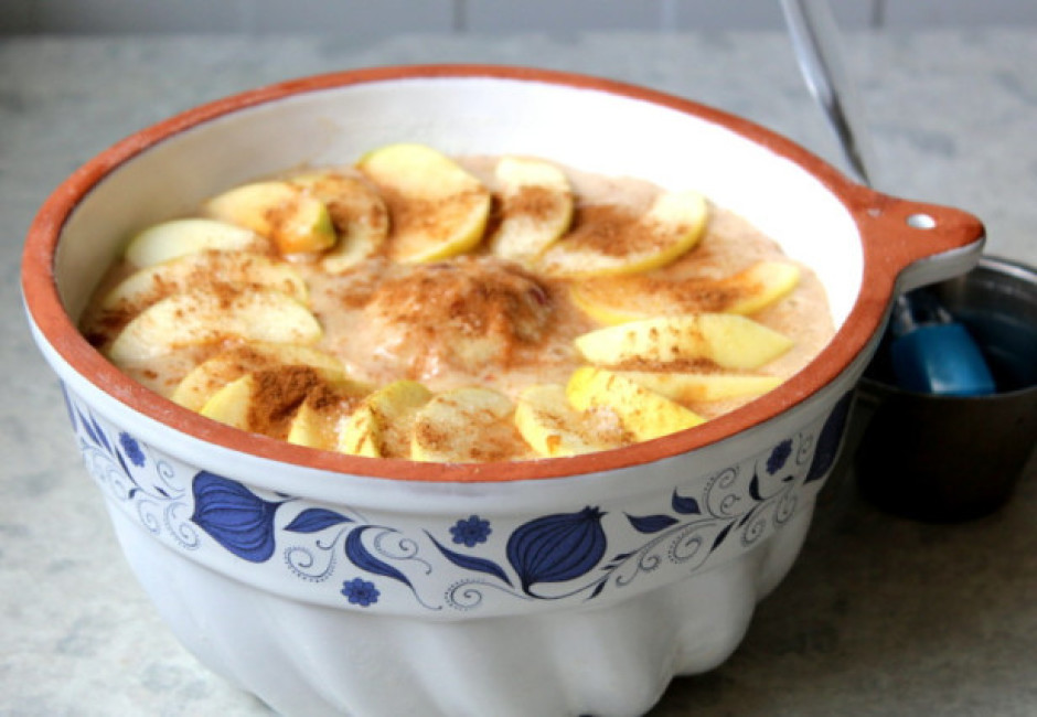 Virsū izkārto ābolu šķēlītes un apkaisa ar cukuru un kanēli.