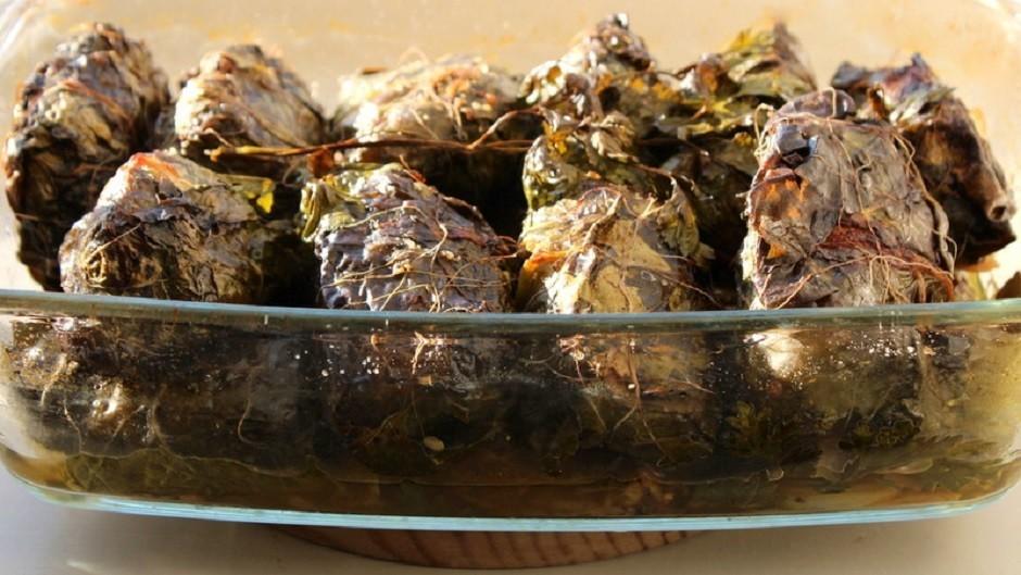 Gaļas tīteņi mangolda un salātu lapās