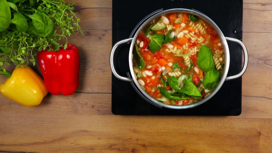Pievieno tomātus kā arī gan saspiestās pupiņas, gan tās, kas...