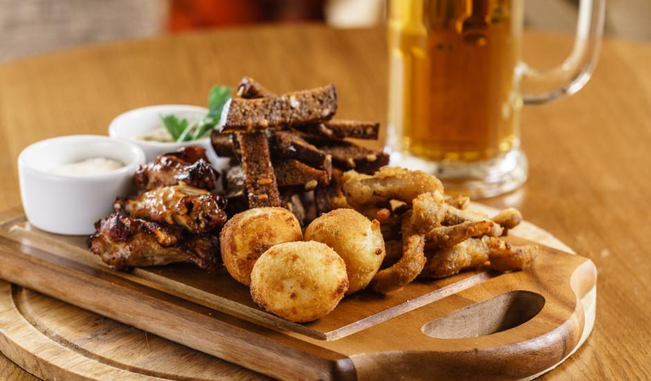 Vai zini, kādus 5 produktus nav ieteicams  piekost alkoholiskajiem dzērieniem?