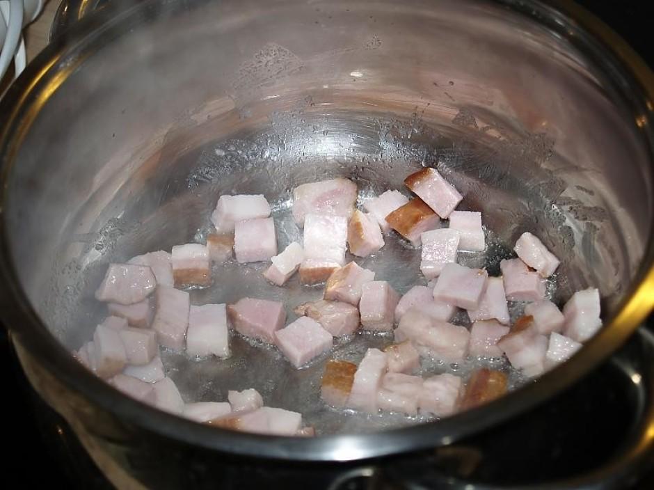 Sākumā viegli apcep gaļu, bet bez taukvielām, jo sivēns tā t...