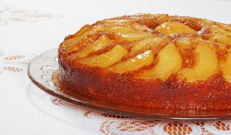 Apgāztā bumbieru kūka ar ingvera karameli