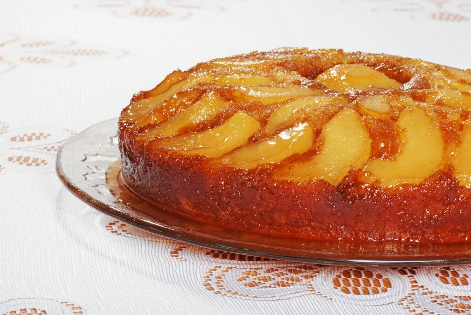 Kad kūka ir gatava, noņem cepamās formas sānu malas, uz kūka...