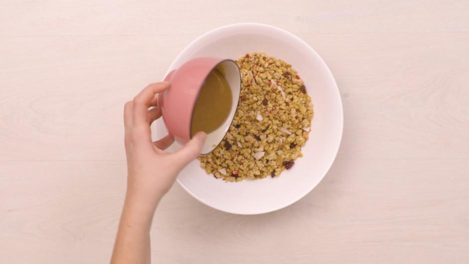 Sajauc zemesriekstu sviestu ar kļavu sīrupu. Pielej granolai...