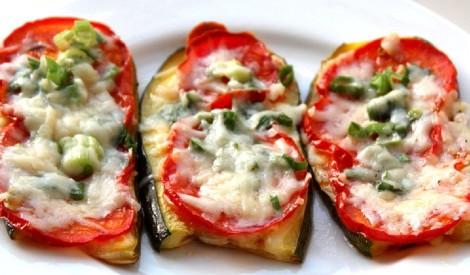Kabaču šķēles ar tomātiem cepeškrāsnī