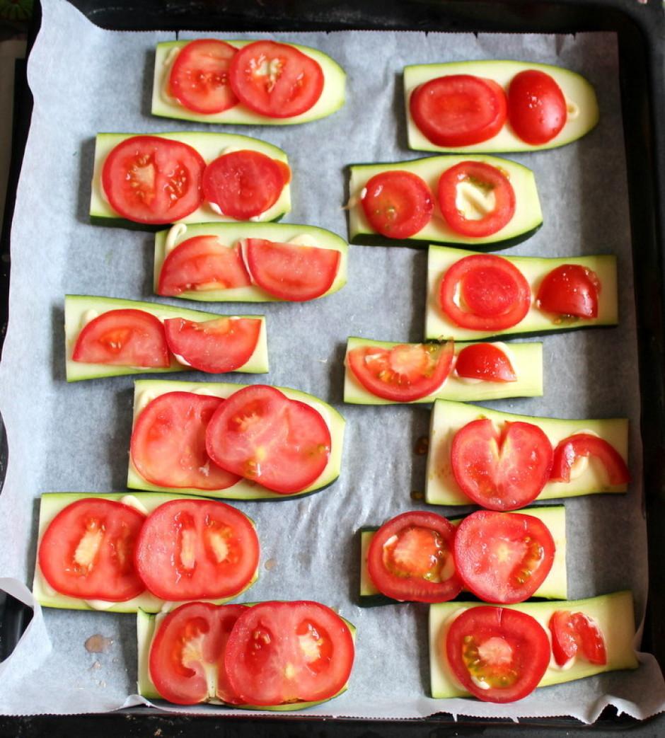Virsū liek plānas (!) tomātu ripiņas. Uzkaisa nedaudz cukura...
