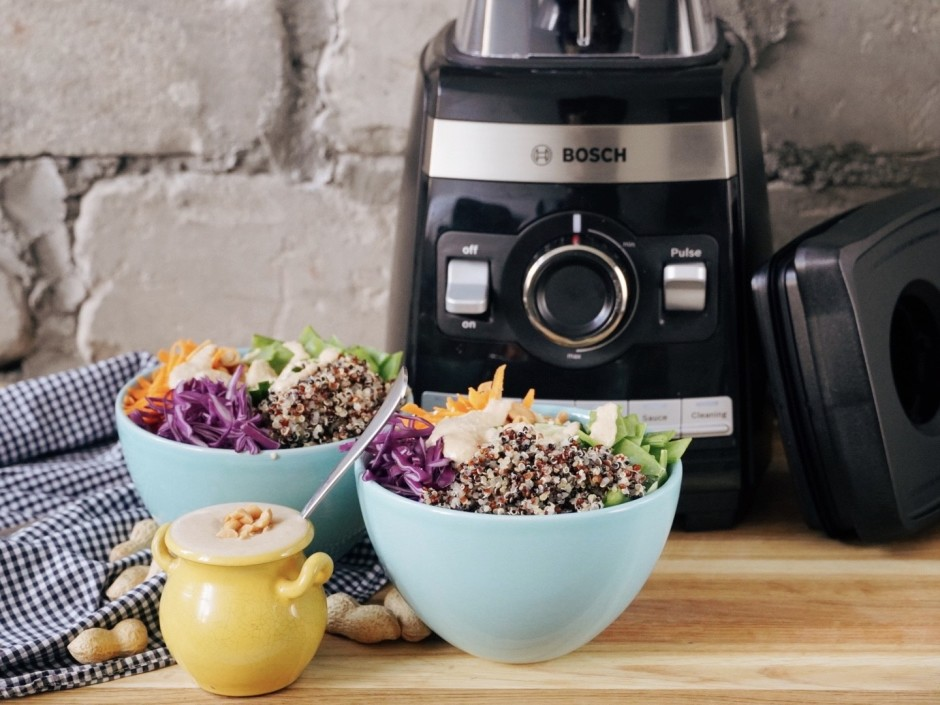 Salātus bagātīgi pārlej ar pagatavoto mērci un pasniedz....