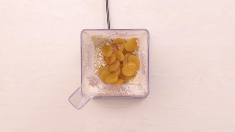 Pievieno aprikozes, auzu pārslas un apelsīnu ziedu ūdeni un...