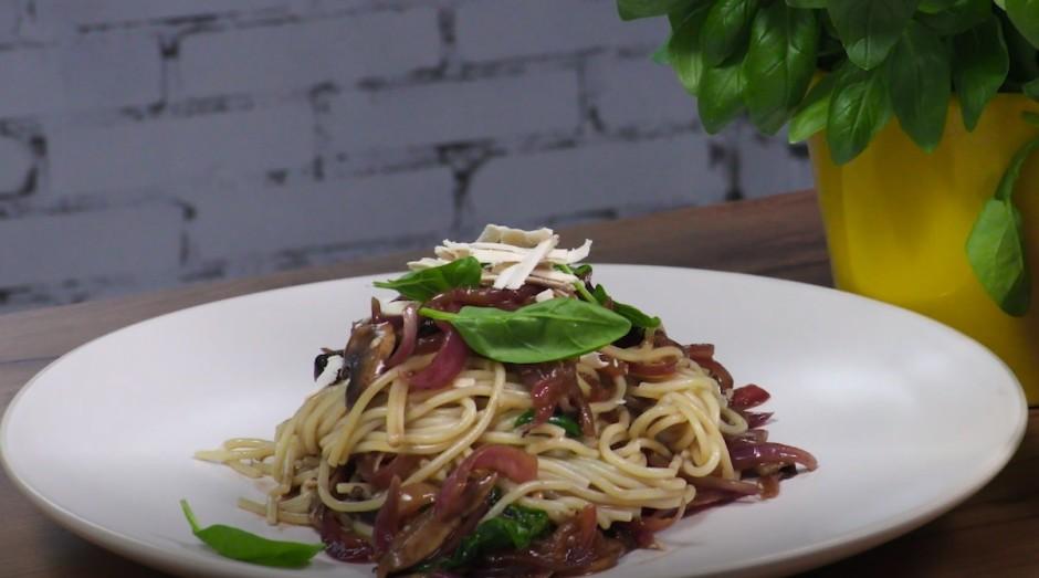 Pēdējais solis: mērcē iemaisa spageti. Pasniedzot uzber mazl...