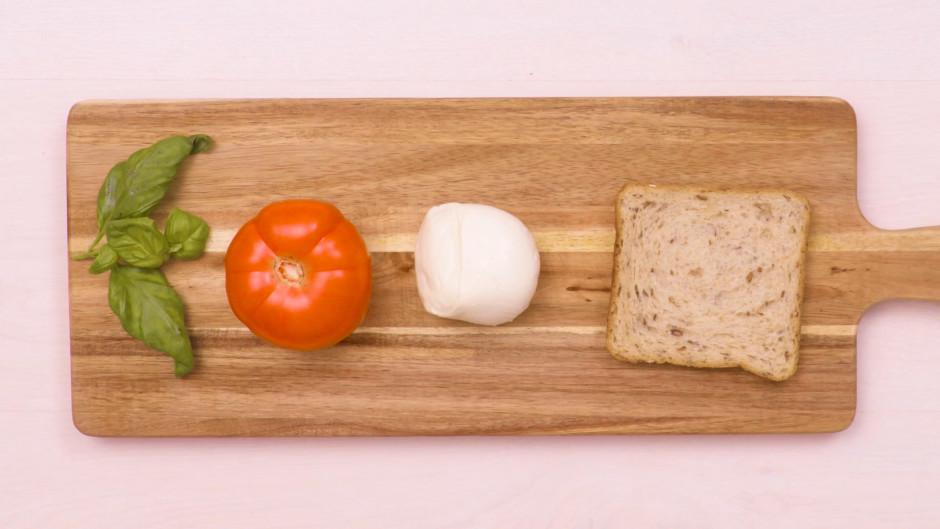 Sagatavo nepieciešamās sastāvdaļas maizītei.