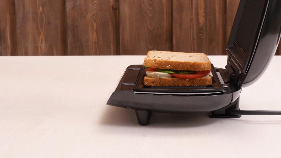 Uzliek otru šķēli un liek tosterī vai elektriskajā grilā.
