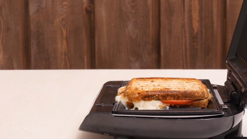 Cep līdz maizīte apgrauzdējusies zeltaina un siers kārtīgi i...