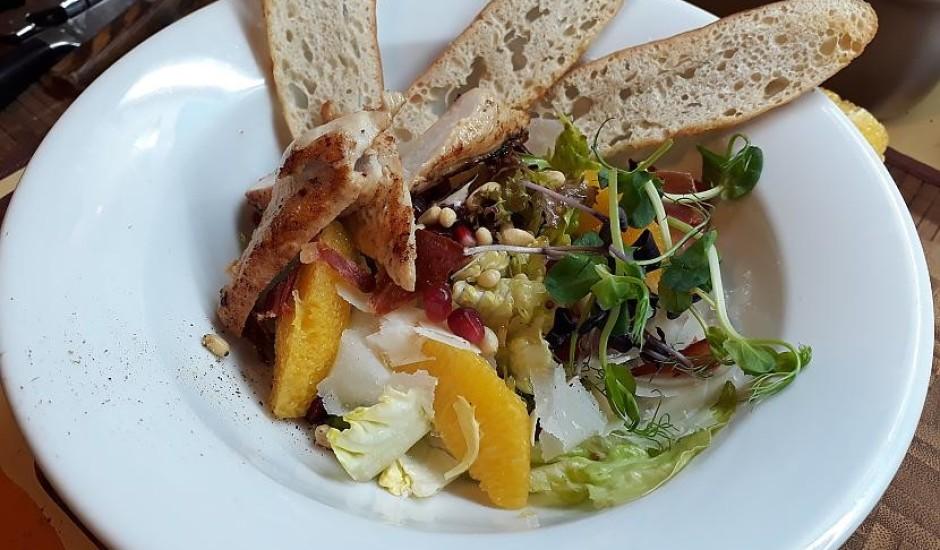 Grilēta cāļa salāti ar medus-sinepju mērci