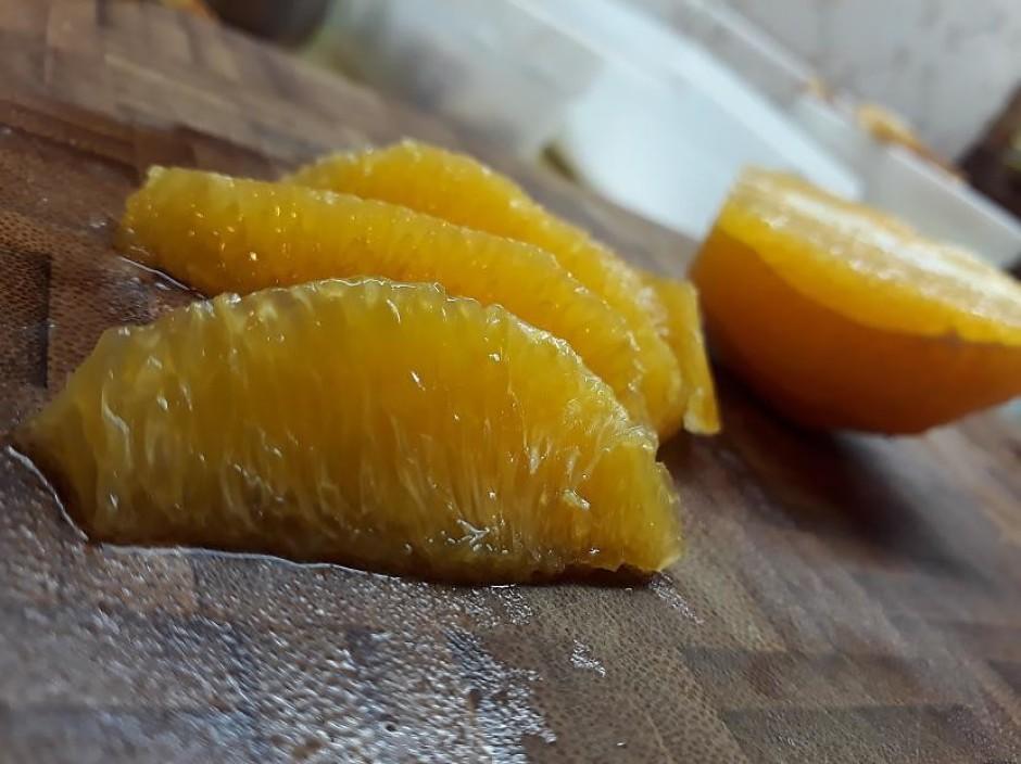 Apelsīnu atbrīvo no mizas un sadala daiviņās (noņem arī balt...