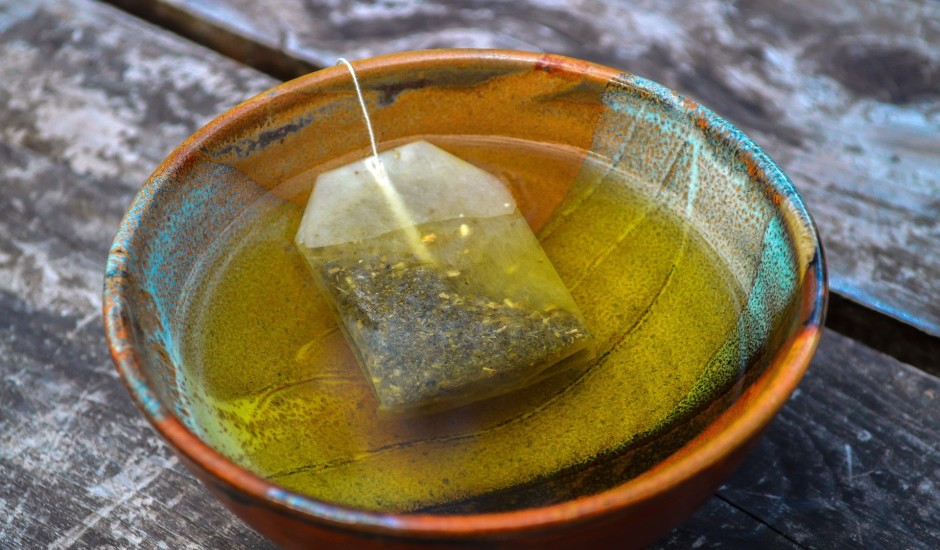Pētījums: Miljardiem mikroplastmasas daļiņu tasītē tējas