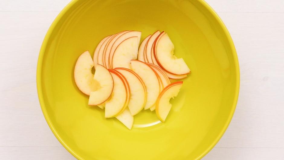 Šķēlītes liek bļodā, uzspiež citrona sulu (lai āboli nepalie...