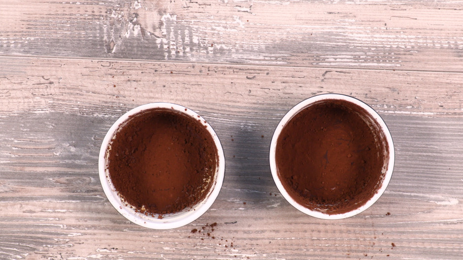Formiņas ietauko ar sviestu un vienmērīgi izkaisa ar kakao.