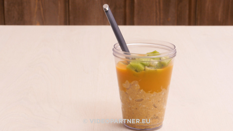 Pirms pasniegšanas pārslu masu liek glāzē, pārlej ar mango b...