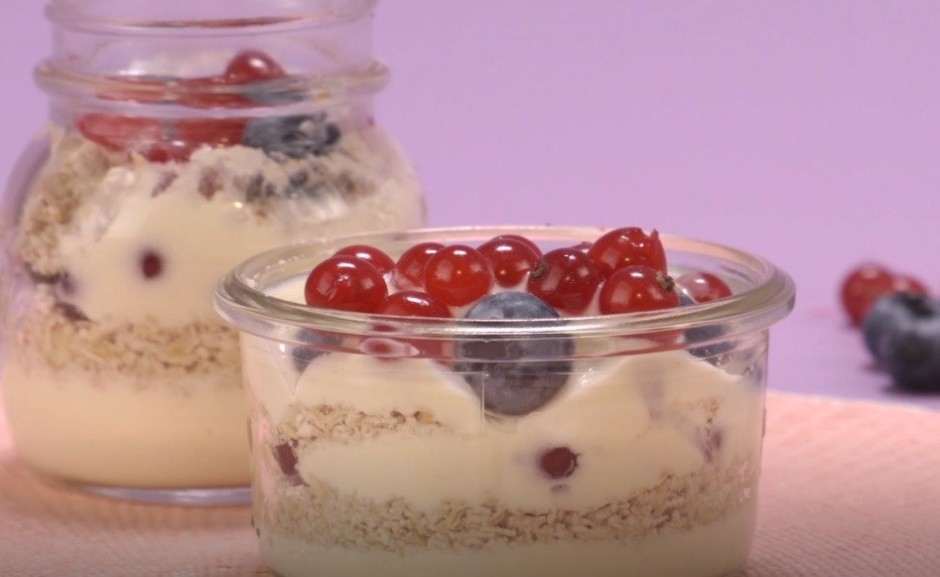 Deserta traukā kārtām liek: jogurtu, blendētās pārslas, ogas...