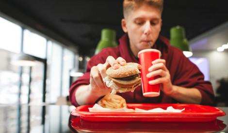 Ko nekad nedarīt ātrās ēdināšanas restorānos - iesaka darbinieki