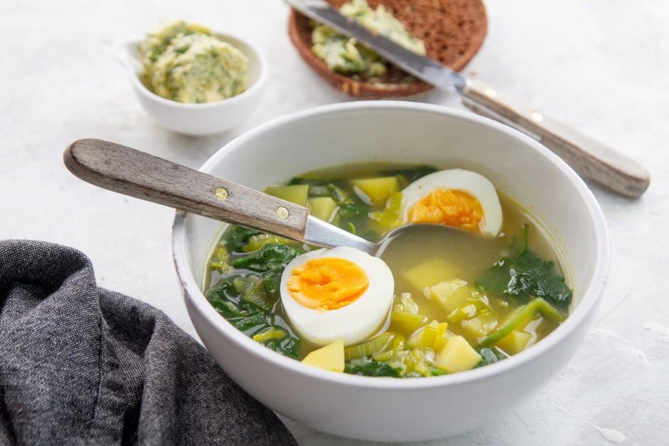 Pasniedz ar krējumu, vārītu olu, rupjmaizi un garšvielu svie...