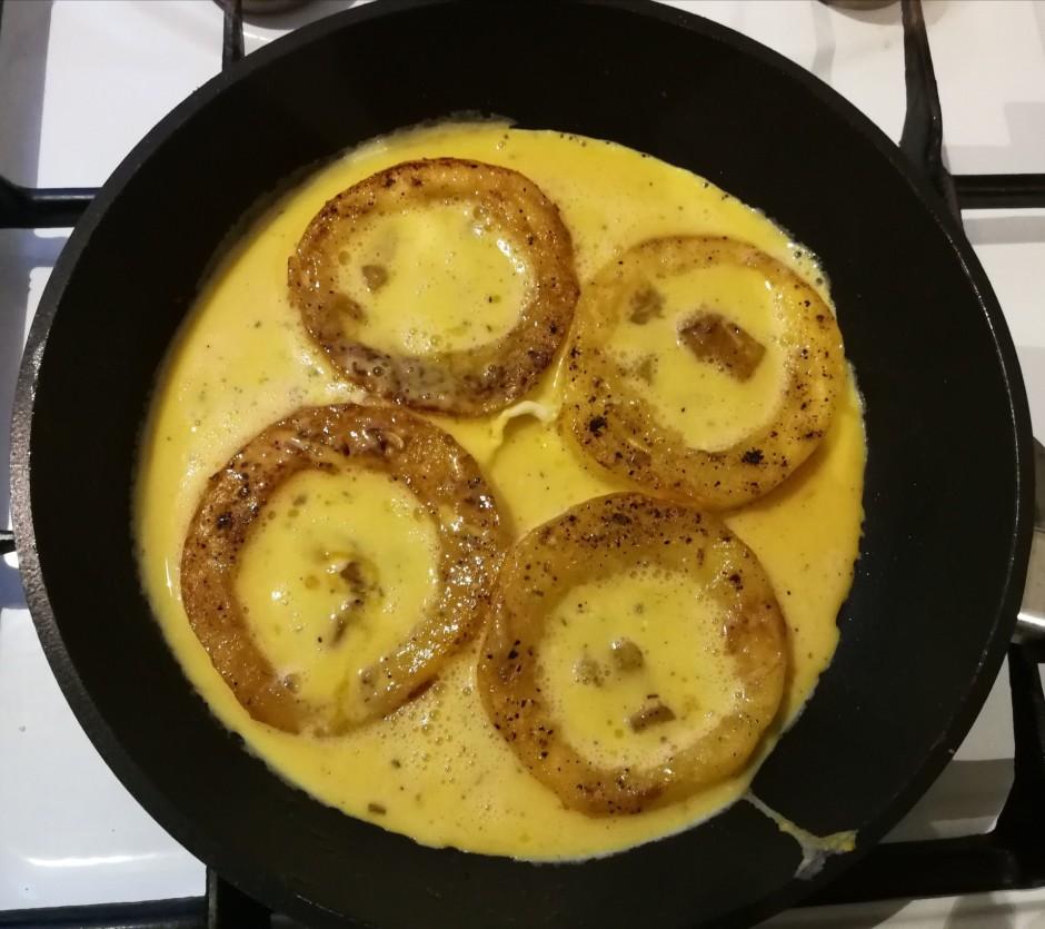 Kamēr cepās gredzeni, olas saklapē ar krējumu, pēc garšas pi...