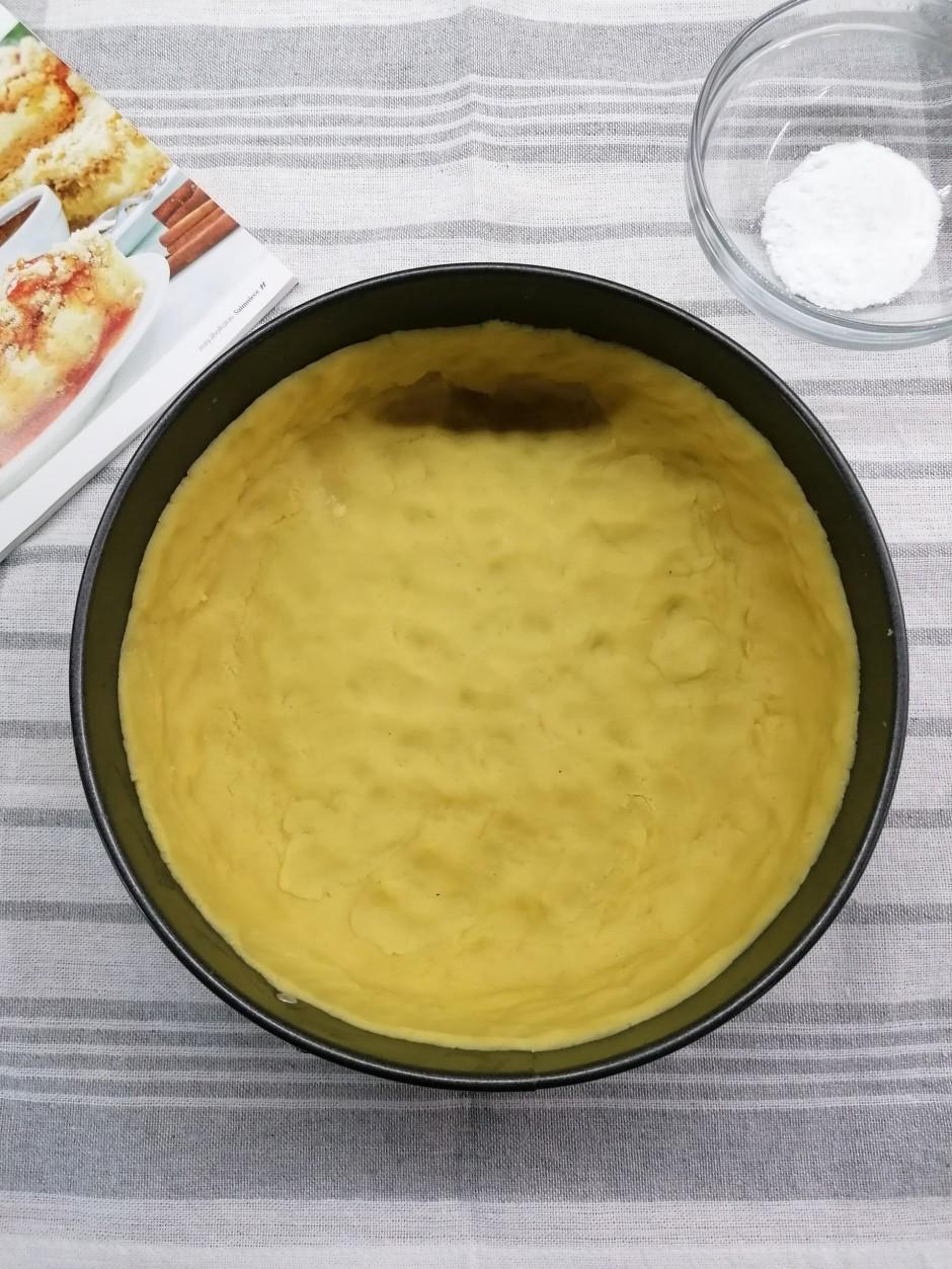 Gatavo pamatni. Olas dzeltenumus sakuļ kopā ar pūdercukuru,...