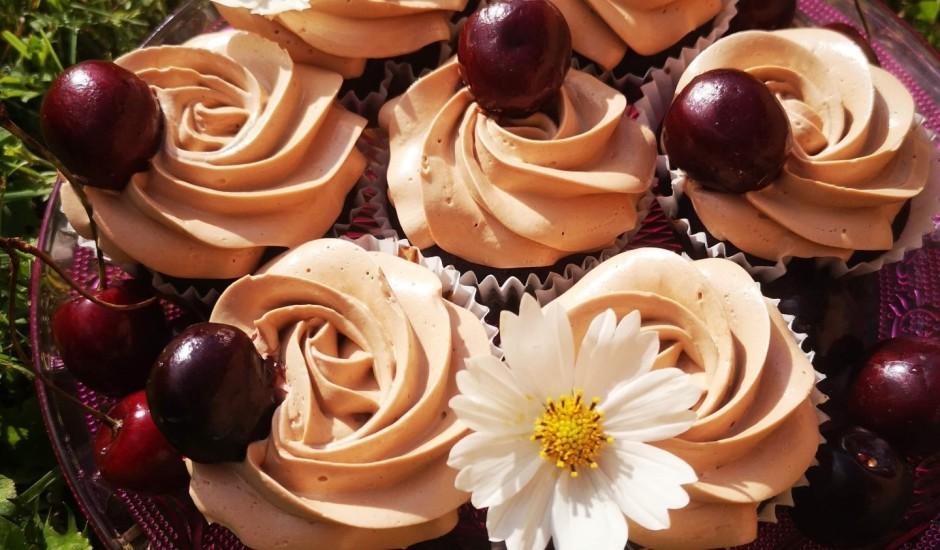 Šokolādes kēksiņi ar šokolādes krēmu un ogu pildījumu