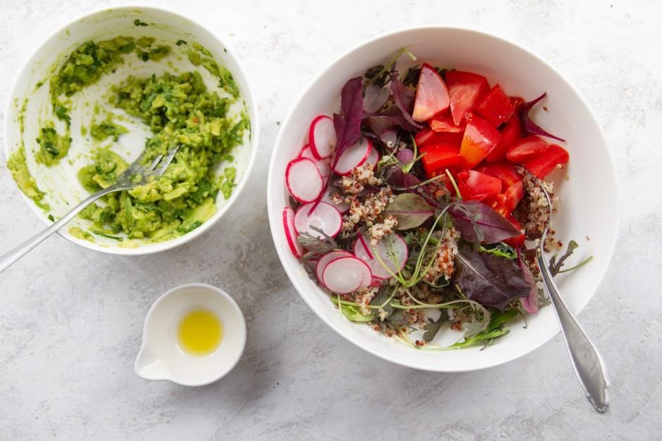 Kvinoju, salātlapas, tomātus, redīsus liek bļodā un samaisa....