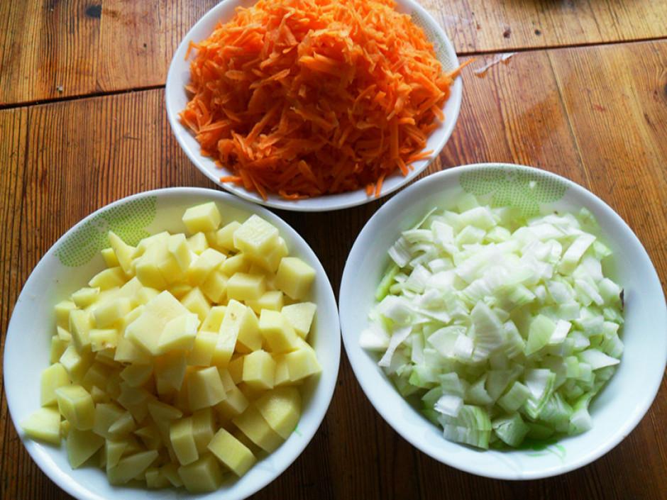 Sasmalcina sīpolus un sarīvē burkānus, kartupeļus var paspēt...